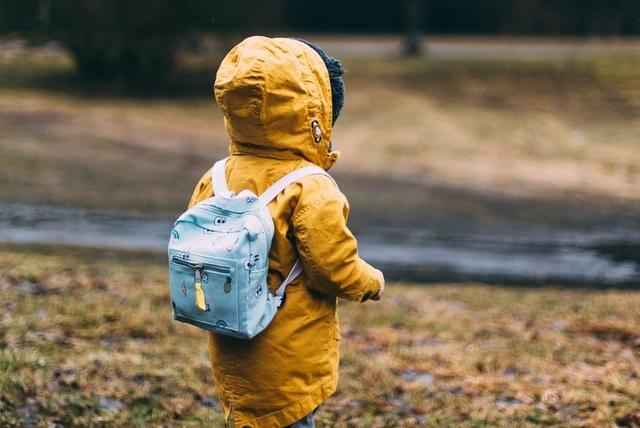 Dziecko w płaszczy przeciwdeszczowym