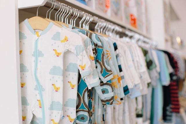 Ubranka, pieluszki, rożek… Ile kosztuje wyprawka dla noworodka, co jest potrzebne?